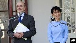 ລັດຖະມົນຕີຕ່າງປະເທດຝຣັ່ງ ທ່ານ Alain Juppe ກັບຜູ້ນໍາປະຊາທິປະໄຕມຽນມາ ທ່ານນາງ Aung San Suu Kyi ໃຫ້ສໍາພາດຂ່າວຮ່ວມກັນ ລຸນຫລັງການພົບປະສົນທະນາກັນ ຢູ່ເຮືອນຂອງທ່ານນາງ ທີ່ນະຄອນຢ່າງກຸ້ງ, ວັນທີ 15 ມັງກອນ 2012.