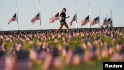 Američke zastave u znak žalosti za životima izgubljenim tokom epidemije Kovida 19 postavljene su na Nacionalnom molu u Vašingtonu.
