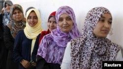 7일 리비아 트리폴리의 한 투표서에 줄을 선 여성 유권자들.