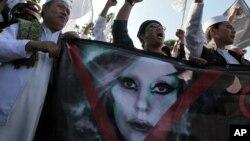 - 25 مه 2012 تظاهرات اسلامگرایان در مقابل سفارت آمریکا در جاکارتا