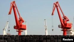 지난 3월 장쑤성 항구도시 롄원강에서 수출용 쇠파이프가 선적되고 있다. (자료사진)
