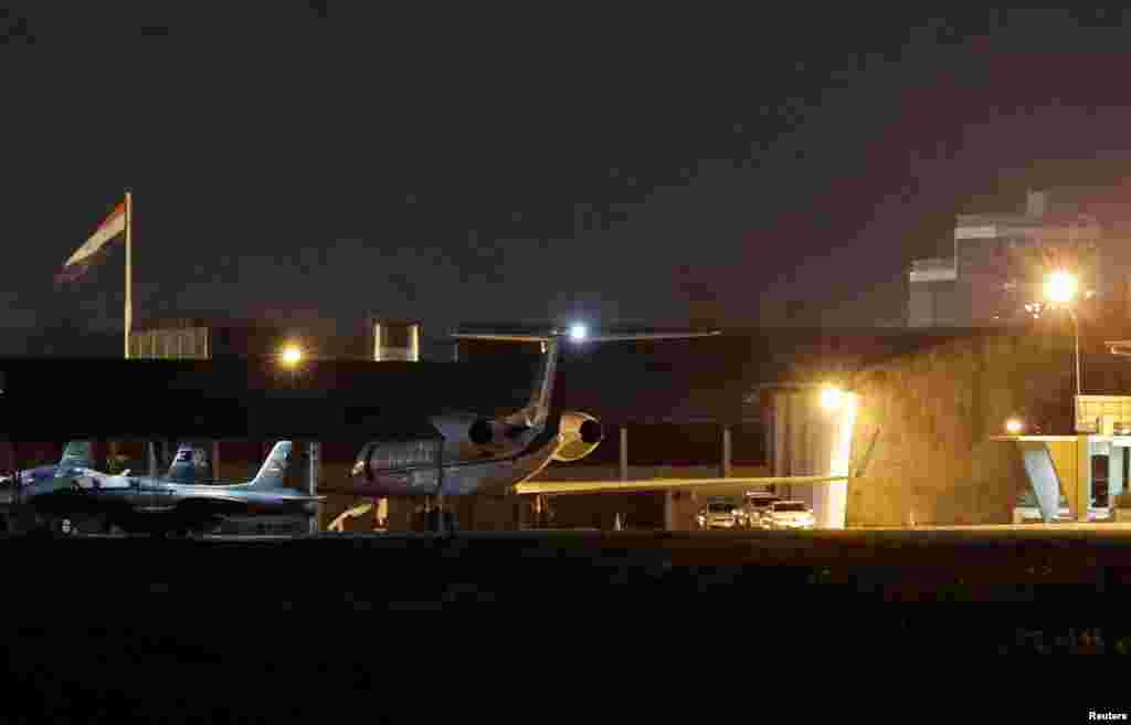 El expresidente Evo Morales salió el lunes 11 de noviembre de 2019 de Bolivia, en un avión enviado por el gobierno mexicano, el cual habría parado en Paraguay para abastecerse de combustible.