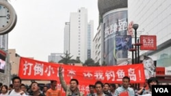 Protes anti-Jepang berlangsung di Chengdu pada hari Sabtu. Para demonstran di foto ini mengusung spanduk bertuliskan 'Seluruh Tiongkok bersatu untuk memboikot produk Jepang.'
