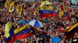 2019年2月2日,在委内瑞拉加拉加斯,要求总统尼古拉斯·马杜罗辞职的反政府抗议者聚会。