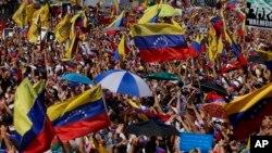Antivladini demonstranti okupljaju se na početku nacionalnih protesta sa zahtevom da predsednik Maduro podnese ostavku, 2. februara 2019.