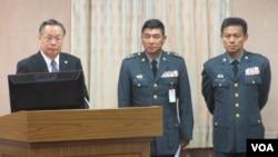 台湾国防部长严明(左一)星期四在立法院接受质询