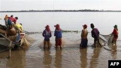 Giới hoạt động bảo vệ môi trường và các nước láng giềng quan ngại rằng con đập sẽ gây ảnh hưởng đến đời sống của hàng triệu dân sinh sống quanh lưu vực sông Mekong.