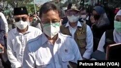 Menteri Kesehatan Budi Gunadi Sadikin memantau proses penyekatan dan tes usap terhadap warga pelintas Jembatan Suramadu, di Surabaya, Jawa Timur, Selasa, 8 Juni 2021. (Foto: Petrus Riski/VOA)