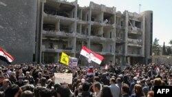 Pristalice sirijskog predsednika Asada demonstrirale su ispred zgrade oštećene u jučerašnjim bombaškim napadima u Damasku
