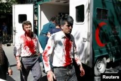 Những người bị thương đang được đưa vào bệnh viện.