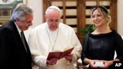 El papa Francisco lee de su libro Christus Vivit durante la audiencia privada con el presidente de Argentina, Alberto Fernández, y su esposa Fabiola Yañez en el Vaticano el viernes, 31 de enero de 2020.