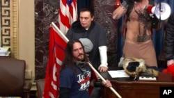 Paul Allard Hodgkins duket në sallën e Senatit në videot e publikuara nga policia e Kapitolit (6 janar 2021)