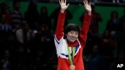 브라질 리우올림픽 여자 탁구 단식에서 동메달을 딴 북한 김송이가 10일 열린 시상식에서 기뻐하고 있다. (자료사진)