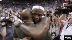 LeBron James, kanan, memeluk pelatih Boston Celtics Doc Rivers setelah Miami Heat mengalahkan Boston Celtics 97-87 dalam game 5 putaran kedua playoff NBA hari Rabu (11/5).