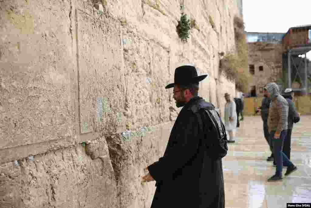 اورشلیم به روایت عکس |یک یهودی ارتودکس در حال نیایش در کنار «دیوار ندبه»، مقدسترین مکان مذهبی یهودیان.