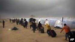 리비아의 불안으로 국경을 넘어가는 외국인 노동자들
