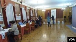 在莫斯科的烏克蘭大使館,選民在投票。(美國之音白樺 拍攝)
