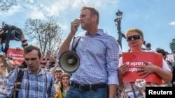 俄罗斯著名反对派领袖纳瓦尔尼2018年5月5日被捕前与支持者们一起抗议普京继续执政(路透社)