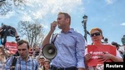 纳瓦尔尼2018年5月5日被捕前与支持者们一起抗议普京继续执政(路透社)