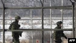 Binh sĩ biên phòng Nam Triều Tiên tuần tra gần các hàng rào tại Imjingak Pavilion gần làng biên giới Bàn Môn Ðiếm ở Paju, ngày 1/1/2011