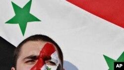 一名居於約旦的敘利亞青年在敘利亞駐約旦大使館前聲援抗議﹐要求阿薩德總統辭職。