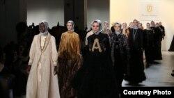 Anniesa Hasibuan para model imigran untuk mengenakan berbagai rancangan busana Muslim karyanya di panggung New York Fashion Week (Foto courtesy: Afida Sukma)