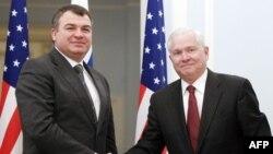Анатолий Сердюков и Роберт Гейтс