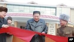 Pemimpin Korea Utara, Kim Jong-un (tengah) melakukan pengguntingan pita merah saat meresmikan Pusat Rekreasi Budaya Permandian Air Panas Yangdok di provinsi Pyongan selatan, Korea Utara, 7 Desember 2019. (Korean Central News Agency/Korea News Service via AP)