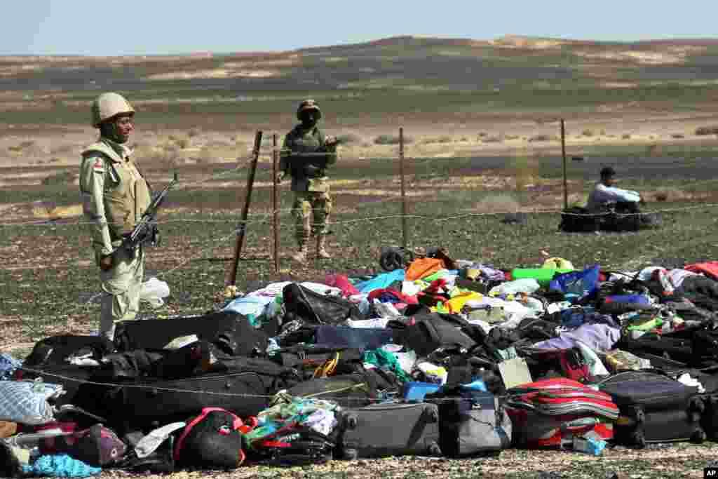 Tentara Mesir berdiri dekat koper dan barang milik penumpang, sehari setelah kecelakaan pesawat menuju St. Petersburg, Rusia. Pesawat itu menghilang dari radar 23 menit setelah lepas landas dari tempat wisata Sharm el-Sheikh, Mesir.