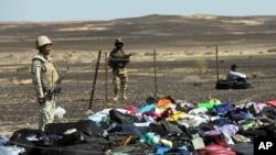 Soldados egipcios vigilan el equipaje y efectos personales recuperados del vuelo de Metrojet siniestrado