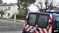 Một xe cảnh sát đỗ bên ngoài căn nhà nơi một người bị cho là một chiến binh thánh chiến bị bắt hồi sáng thứ Hai, 15/12/2014 ở Graulhet, tây nam Pháp.