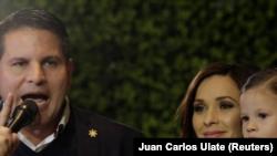 Fabricio Alvarado, candidato presidencial del ultraconservador Partido de Restauración Nacional, se dirige a sus seguidores junto a su esposa e hija durante un mitin en San José. Febrero 4, 2018. REUTERS/Juan Carlos Ulate