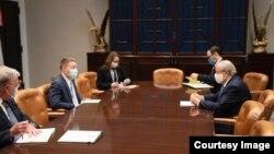 O'zbekiston Tashqi ishlar vaziri Abdulaziz Komilov Oq uyda Milliy xavfsizlik kengashi rasmiylari bilan muloqotda, Vashington, 19-noyabr, 2020