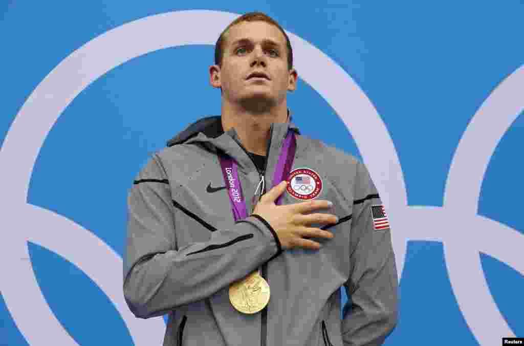 Tyler Clary của Mỹ hát quốc ca khi nhận huy chương vàng trên khán đài sau khi thắng môn bơi ngửa cá nhân nam 200 mét. 2/8/2012.