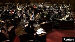 Los legisladores uruguayos del oficialista Frente Amplio votan en Montevideo en favor del proyecto de ley que legaliza la marihuana en el país.