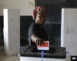 Une votante au bureau de Paynesville, à Monrovia (8 novembre 2011)