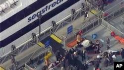 Спасатели эвакуируют раненых после столкновения пассажирского парома с причалом в Нижнем Манхэттэне. Нью-Йорк, 9 января 2013 года