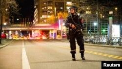 警察封锁了斯德哥尔摩卡车撞人案现场(2017年4月8日)