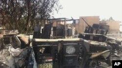 Xe của quân đội Iraq bị hư hại nằm trên một con đường trong thành phố Mosul, Iraq, 12/6/14
