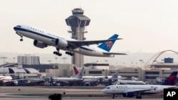 Suasana di lapangan terbang bandar udara internasional LAX di Los Angeles. (Foto: Dok)