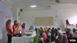 Para santri di Ponpes Ali Maksum menyimak pelatihan wirausaha untuk membuat kue (3/2).