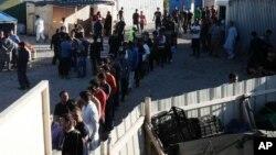 Para migran antri untuk mendapatkan pembagian makanan di Calais, Perancis utara (foto: ilustrasi).