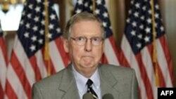 Lãnh tụ đảng Cộng Hòa tại thượng viện Mitch McConnell trong 1 cuộc họp báo ở Washington, Thứ Bảy, 30/7/2011