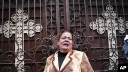 一名埃及基督教徒在教堂爆炸发生后逃出教堂