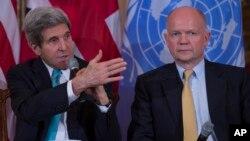 Menteri Luar Negeri AS John Kerry (kiri) dan Menteri Luar Negeri Inggris William Hague dalam pertemuan di Washington, Selasa (25/2). (AP/Evan Vucci)