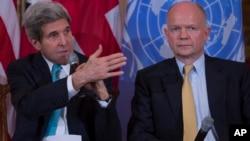 Le Secrétaire d'Etat américain John Kerry (g) et son homologue britannique William Hague (d) au Département d'Etat à Washington le 25 février 2014.
