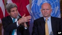 英国外交大臣黑格(右)和美国国务卿克里