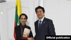 ႏုိင္ငံေတာ္ အတုိင္ပင္ခံ ပုဂၢိဳလ္ ေဒၚေအာင္ဆန္းစုၾကည္နဲ႔ ဂ်ပန္ ၀န္ႀကီးခ်ဳပ္ ရွင္ဇိုအာေဘးတို႔ ေတြ႔ဆံု (Myanmar State Counsellor Office)