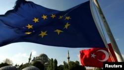 Türkiye'de ikinci ayını dolduran açlık grevleri ve siyasetin sıcak gündem maddesi haline gelen idam cezası konusundaki açıklamalar Avrupa Birliği tarafından endişeyle izleniyor.