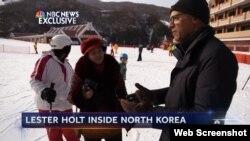 미국 NBC 방송은 진행자 레스터 홀트(오른쪽)가 북한 마식령스키장을 방문한 특별보도를 최근 내보냈다. NBC 방송 장면.